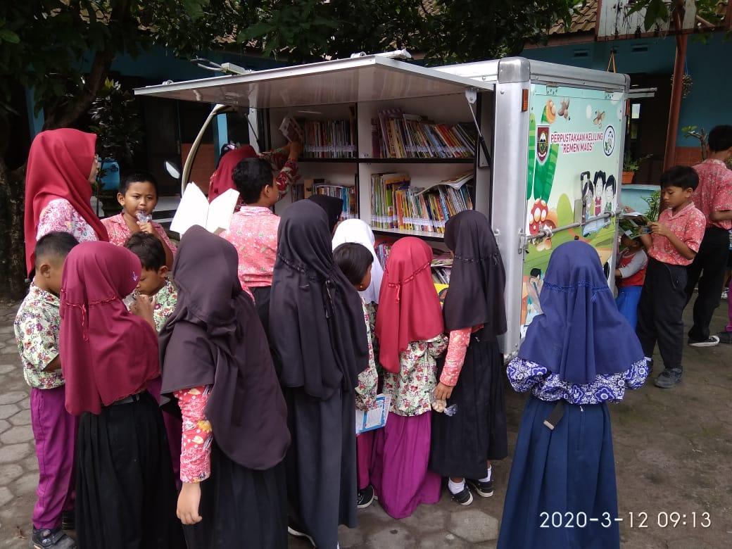 Pelayanan Perpustakaan Keliling Mobil Pintar di SD N 1 Teras Kecamatan Teras